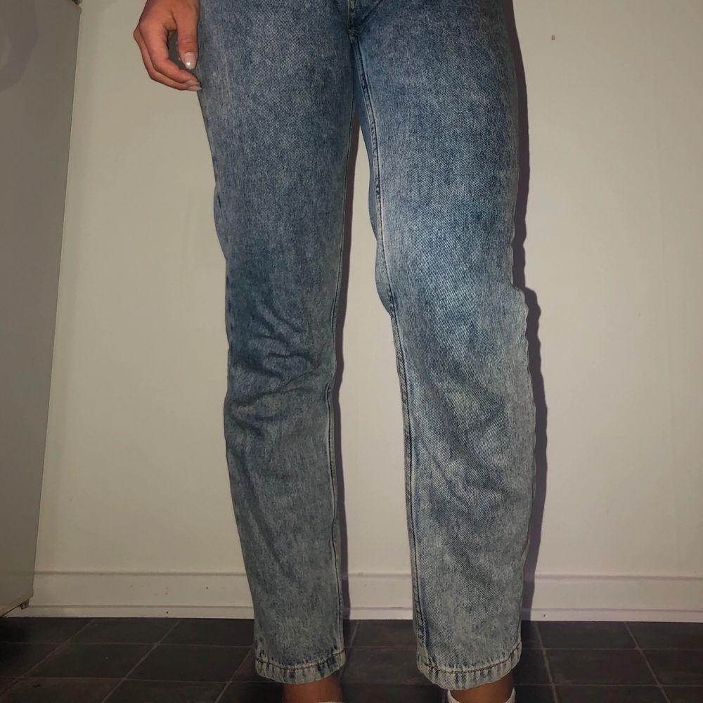 Trendiga hömidjade jeans från NA-KD som jag nu säljer då de är för små för mig. Jag har nu stl 38 i byxor så dessa sitter bättre (inte lika tajt) om man har stl 36 🌸. Jeans & Byxor.