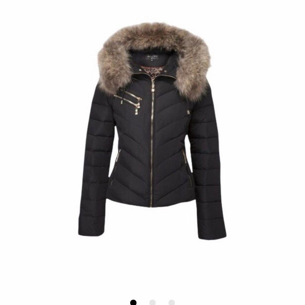 Säljer min hollies jacka som är i ett mycket bra skick. Använd förra vintern men efter som de aldrig blev så kallt så kom den inte så mycket till användning. Jackor.