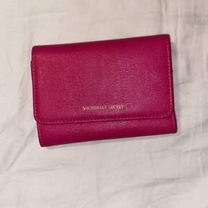 Victoria secret plånbok! Mycket fint skick🥰 pris kan diskuteras då jag vill bli av med den!