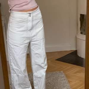 Benvita pösiga jeans med as snygga sömmar!! Storlek 27 från Weekday (ovanlig modell). Relativt stora midjan så går att ha lågmidjade om man vill! Säljer för 300kr💫🌟✨✨✨
