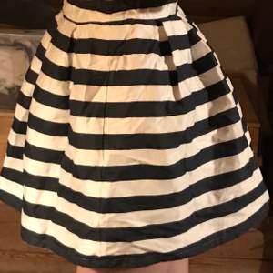 En fin blå och vit randig kjol från Holly & whyte. Sällan använd.