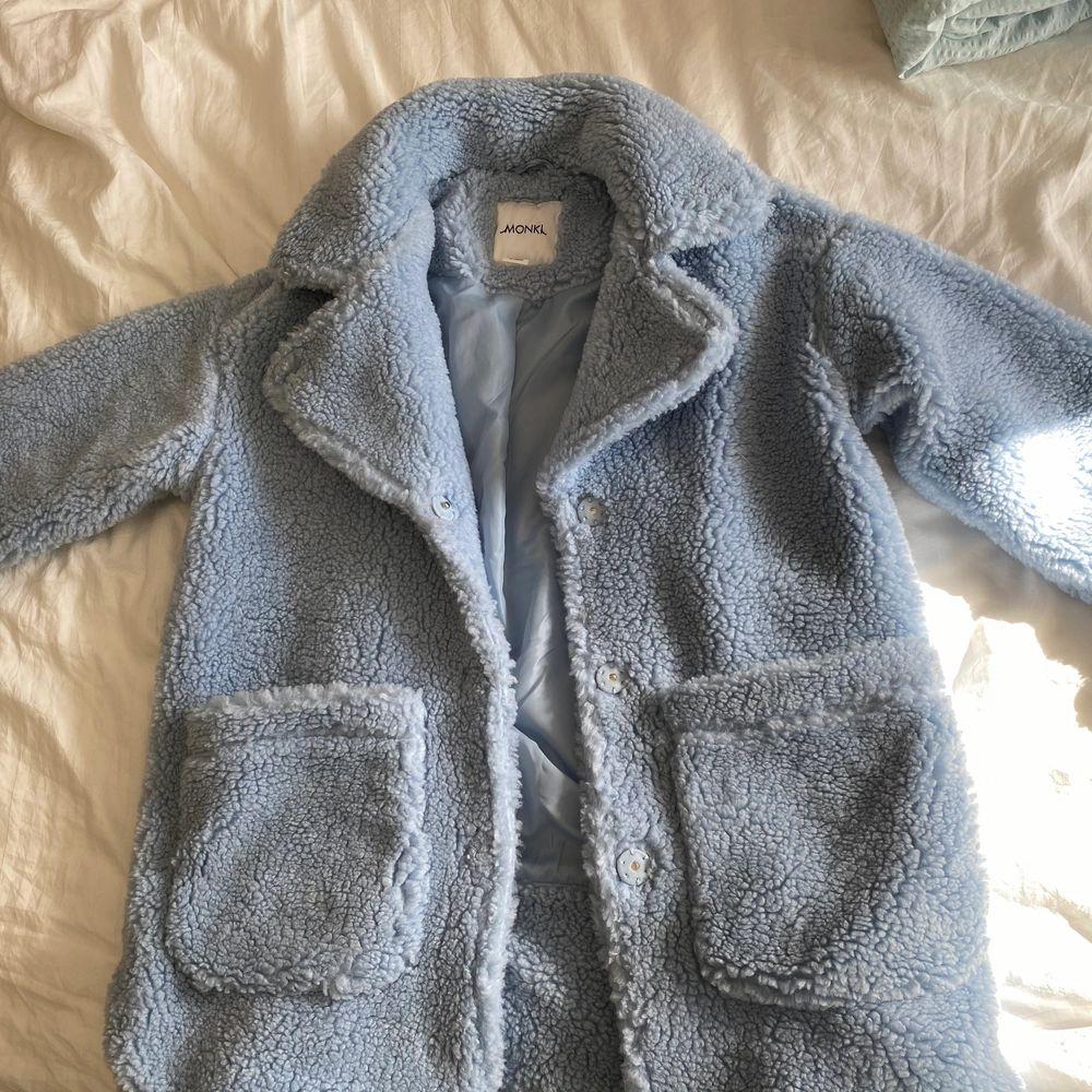 säljer min nästan oanvända jacka från monki! köpt förra hösten för 500kr men endast använd på bilden i annonsen⚡️ eventuell köpare står för frakt, skriv för fler bilder. Jackor.