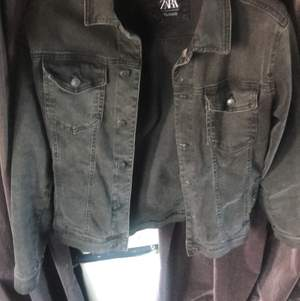 Mörkgrå jeansjacka från Zara i mycket bra skick.  Använd ett fåtal gånger.  Storlek small.  Passar bra till vår/sommaren.  Nypris ≈ 700kr