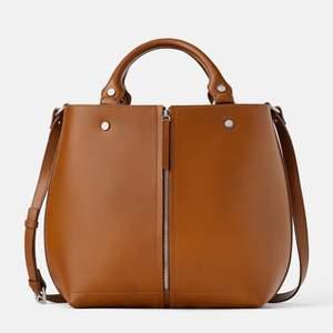 Söker denna väska från Zara (cirka förra året) i brunt! Har väskan i beige men skulle hellre ha denna färgen (öppen för byten!)
