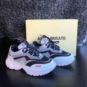 Asballa Axel Arigato sneakers. Köpta förra sommaren och knappt använda så dom är i nyskick. Allt tillbehör finns kvar. Nypriset för dom va ca 2700 men köpte dom på rea för ungefär 1700.