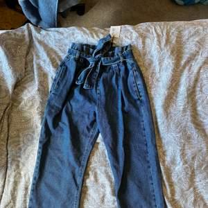 Helt oanvända jeans från na-ka med bälte runt midjan, köpte fel storlek och därför helt nya. Storlek 36! Ursäkta för bildkvalitén, ( Plick gör bilders fula)