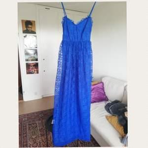 Balklänning/ finklänning använd 1 gång på bal sen aldrig använd. Superfin blå färg. Uppsydd gör att passa mig som är 169 men går att ta ner igen om man är längre än de. Kan skicka mot fraktkostnad eller mötas i stokholm. 😊. Tar swish.