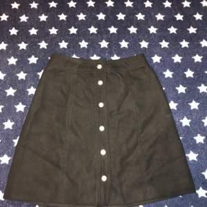 Säljer denna superfina kjol från H&M använd 1 gång, tyget är i mocka (fejk) inga fickor. Jätte fin på och väldigt bekväm.