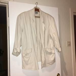 En st vit 80-tals jacka ärvd från min kära moder. Storlek L men jag har haft den som en oversize M