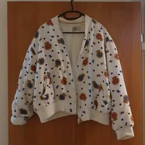 Second hand tröja/jacka i bomberjacka-stil. Märket pret a porter i storlek 40. Jag är vanligtvis storlek 36 men jag tycker den är nice oversized.