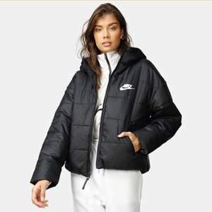 MÅNGA INTRESSERADE, FÖRST TILL KVARN ELLER BUDGIVNING I KOMENTARERNA Säljer denna jätte fina Nike jacka, en vanlig varm dun jacka som är perfekt till vintern. (Kan skicka mer bilder i chatten)