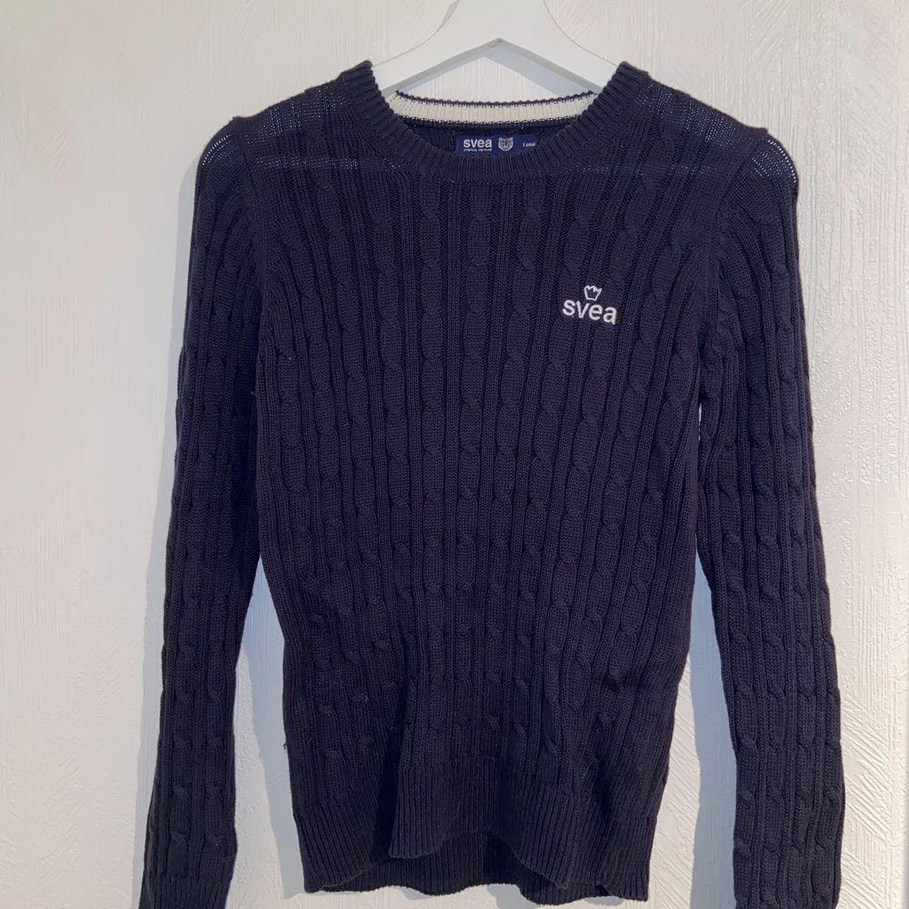 Mörkblå/marinblå tröja från SVEA i storlek XS. Använd 1 gång och har bra skick. . Stickat.