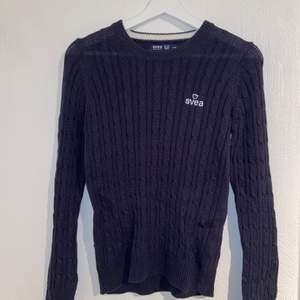 Mörkblå/marinblå tröja från SVEA i storlek XS. Använd 1 gång och har bra skick.