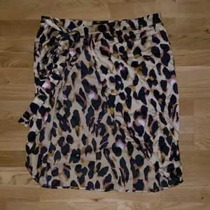 Jättefin leopardmönstrad omlottkjol från PLT. Man knyter den i midjan och det är en slits på sidan. Storlek 40. Frakt tillkommer 🤍
