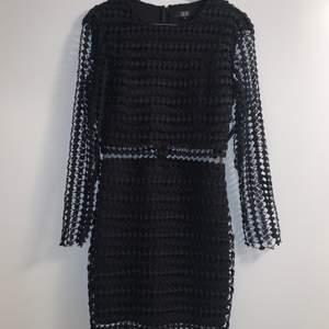 Svart klänning från brittiska märket Goldie London. Storlek S. Aldrig använd med prislapp kvar.  Först till kvarn på alla plagg, ingen budgivning. Ange vilket pris du skulle vilja köpa plagget för så kan vi komma överens om ett bra pris där båda blir nöjda.