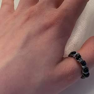 Ring av silvrig ståltråd o svarta pärlor! På mig passar den bäst som tumring, men kan säkert passa som vanlig ring på någon annan:)🖤🖤🖤