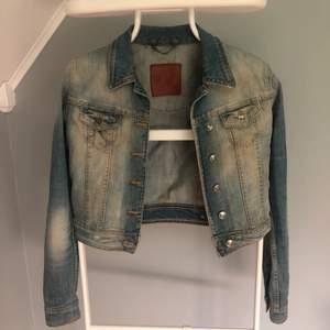 Ginatricot jeansjacka, för liten för mig därav säljes. Strl. S, pris: 50:- frakt tillkommer.