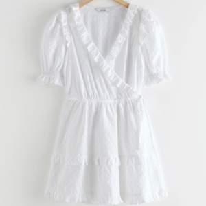 Jättefin vit klänning från &Other Stories! Oanvänd med lappen kvar. Passar perfekt nu till sommaren eller studenten! Nypris: 790kr. Mitt pris: 400kr