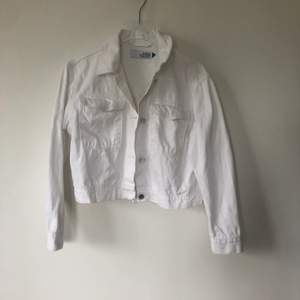 Säljer min vita jeansjacka som är köpt på MQ, strlk S. Perfekt för våren och sommaren! Kan mötas upp i Sthlm, annars står köparen för frakten 💕💜