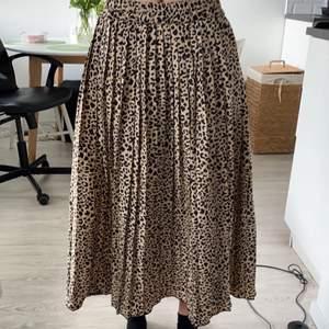 Säljer denna superfina leopard kjol från Lager 157. Används inte längre vilket är anledningen till att den säljs. Frakt tillkommer på 66kr och är spårbar!❤️