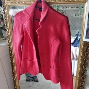 En vintage smultron färgad carigan. I storlek S