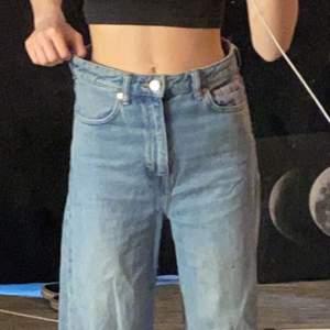 Dessa jeansen är i storlek W 24 L 32. Säljer dessa för att dom är förstora för mig vid midjan. Dom är högmidjade.