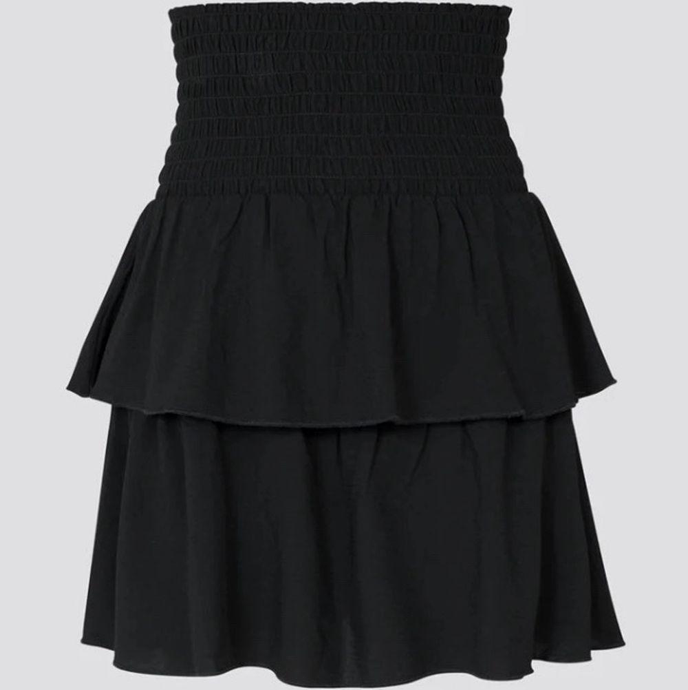 Supersöt kjol med volang✨ Storlek S men den jag tror den passar Xs-M då den är stretchig i midja✨ säljer då jag råkade köpa två och köparen står för frakten✨ Säljer en vit också✨ Buda i kommentarerna!!. Kjolar.