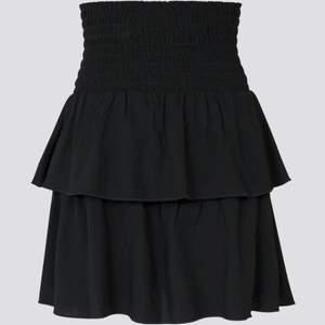 Supersöt kjol med volang✨ Storlek S men den jag tror den passar Xs-M då den är stretchig i midja✨ säljer då jag råkade köpa två och köparen står för frakten✨ Säljer en vit också✨ Buda i kommentarerna!!