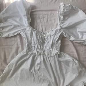Har denna fina jackson mini dress från love & lemons, strl S. aldrig använd och nypris är 2000
