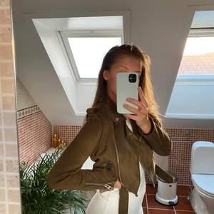 Populär mockajacka ifrån Zara i storlek XS. Jättesnygg brun färg, knappt rört denna då jag föredrar längre jackor! Bud från 250🤎