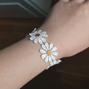 Justerbart armband med blommor på. En av blommorna har en liten försumbar defekt som syns på bild 3. Annars är det i gott skick. Frakt vanligt brev (ej spårbart) är inräknat i priset. Kan ordna spårbar frakt men det kommer kosta extra. Svara inom TRE dagar annars säljs den vidare om andra är intresserade 🌼
