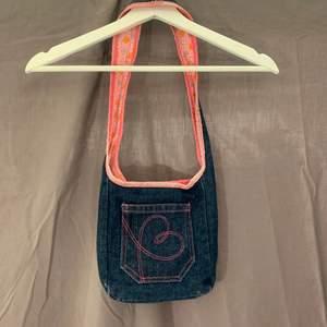 Jeans och blommig vändbar väska. Fint skick.