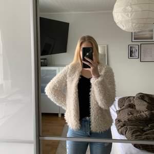 Säljer min fina vita fluffjacka/ kofta som tyvärr inte har kommit till någon användning🤍 jackan är från Gina Tricot och är i storlek M, den är helt oanvänd och i mycket bra skick💫 jag är 165cm lång, önskas fler bilder eller om det finns frågor är det bara att skriva