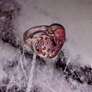 Skitcool hjärtring med diamanter som är köpt på Urban outfitters för länge sen. Den är i princip helt oanvänd. Väldigt trendig just nu. 150kr så blir den din, jag bjuder på frakten. 😊