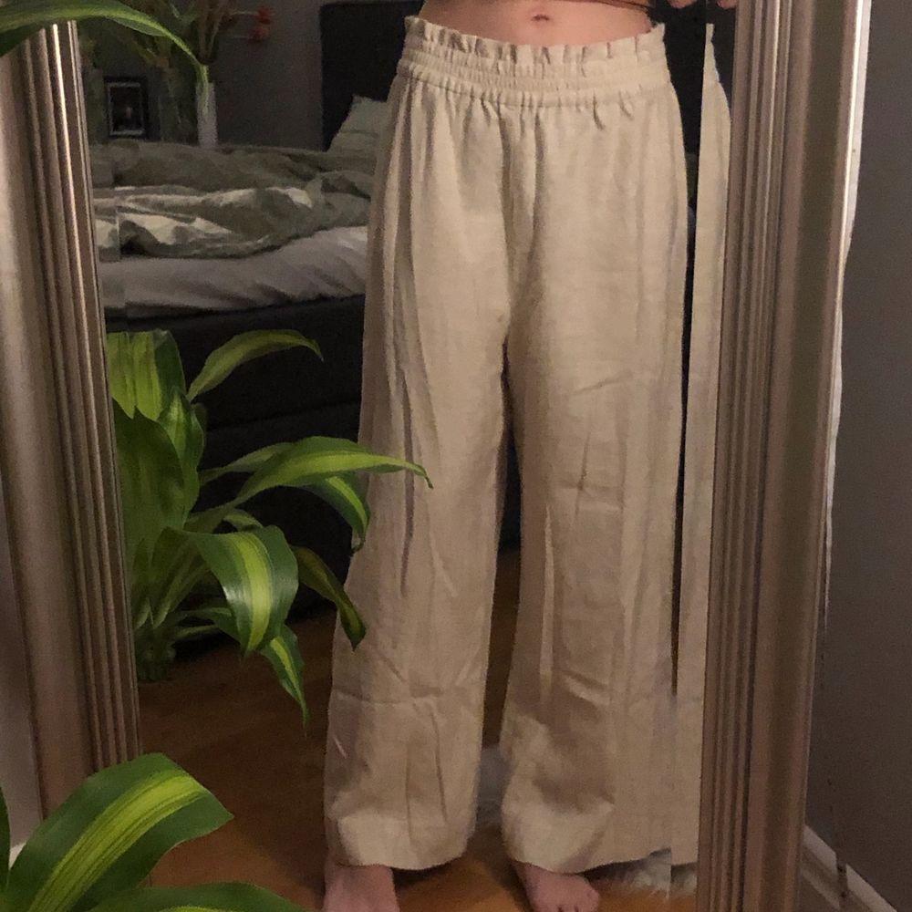 Köpta förra sommaren, aldrig använda då dem är för stora. Just nu sitter dem för långt ner på mig. Byxorna sitter väldigt löst och är hyfsat korta i benen 🤎. Jeans & Byxor.