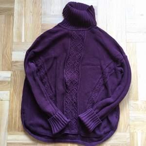 Fin bärig plommonlila nyans på den här kabelstickade tröjan från Boomerang i 100% bomull. Perfekt för kalla utomhus-kvällar! Stickning på både fram och baksidan och fina detaljer så som tjock krage, långa ärmmuddar och delad rundad sida. Den är i storlek XL men jag har S och har haft den då jag tycker den är riktigt fin som oversize.                                              🍇🍒🍇🍒🍇🍒🍇🍒