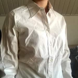 Vit skjorta helt felfri från nopprar, hål o smuts. Materialet är ganska stretchigt o är lagom figursydd. Strl 40 märke Sisters   69kr plus frakt eftersom den är i väldigt fint skick #skjorta