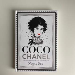 Fin coco Chanel bok som handlar om hennes liv med massa illustrationer, lite skadad på framsidan men inget som syns om man inte kolla nära, skicka för fler bilder inuti, fri frakt✨