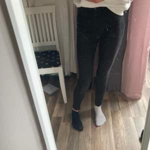 Svarta/ mörkgrå vanliga jeans från Gina tricot, köptes för 400kr sälja för 99kr. Nästan helt oanvända så jätte bra skick🥰