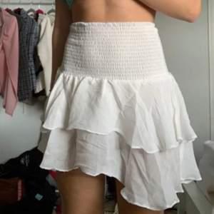 Sommrig kjol, den är helt ny bara testad på mig och är jättebra kvalitet, vid fler bilder på skriv privat, BUDGIVNING pågår, Buda i kommentarerna gärna