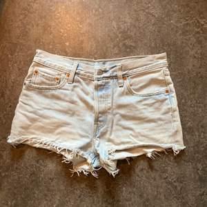 Säljer dessa snygga Levis shortsen i storlek M eftersom de inte längre passar mig. Pris 200kr exklusive frakt som ligger på 48kr