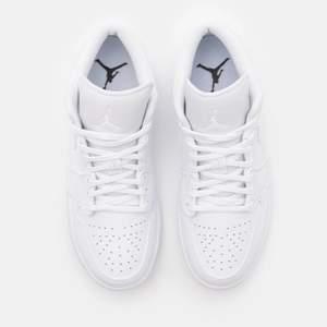 Säljer mina Air Jordan 1 Low white som tyvärr är för små för mig. Nyligen köpta och endast använda en gång❤️