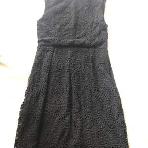 Virkad svart klänning både bak och fram, passar XS/S, säljer då den blivit för liten för mig ☺️ köparen står för frakt