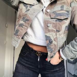 LÅNADE BILDER, en camouflage jeansjacka från ginatricot använd fåtalgånger i storlek S💗 150kr+FRAKT