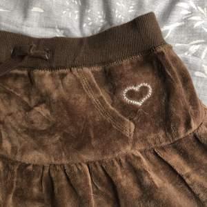 Väldigt söt lågmidjade brun kjol i sammet!! Säljer pga att den är VÄLDIGT kort. Den passar okej men tajt i storleken för mig med xs men är väldigt liten. Men kanske någons stil? Längd 23cm 😬❤️