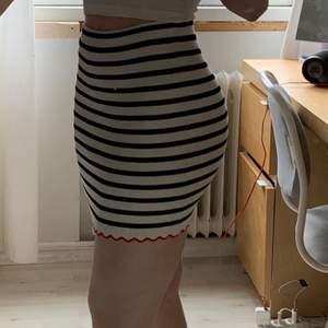 Svartvit randig kjol från Zara. Ribbad och har en röd volangkant. Använd en gång. Köpare står för frakt.