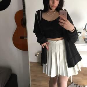 En vit tennis kjol, som inte syns igenom! Den är nyköpt o passade inte mig. Frakten står köpare för!