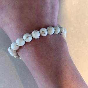 Säljer detta marmor pärlarmband då det inte kommer till användning, armbanded går att skjustera så skulle säga att det är i alla storlekar, 120kr +15kr frakt