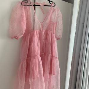 Söt rosa sommarklänning med tyll på utsidan och omlott klänning på insidan! Använd en gång!