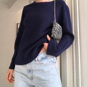 Såå fin stickad tröja köpt secondhand💕 Är i bra skick och varsamt använd! Den har slits på sidorna som inte är självklippta💞